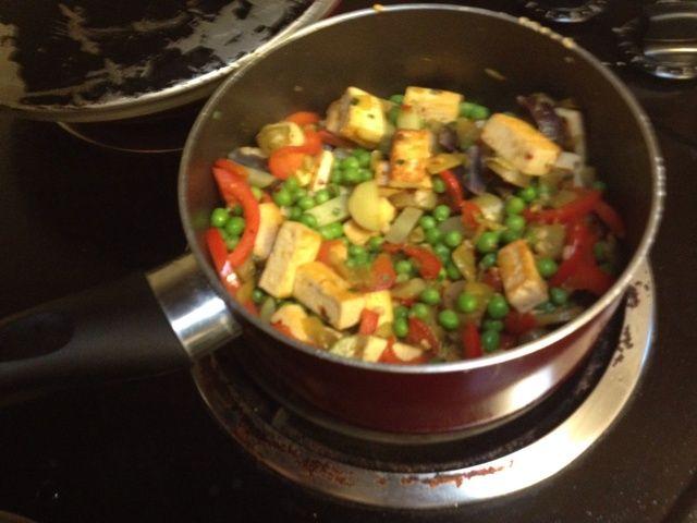 Añadir la mezcla de papas con queso de soja y pimientos. Cocine por unos minutos añadiendo más aceite de oliva