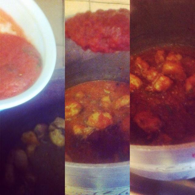 A continuación, agregue la mezcla combinada de tomate en el pollo, añadir el tomate puro y cocinar durante 15 minutos en lenta flame.Also cubrir la tapa durante la cocción.