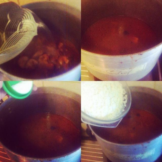 Añadir agua hasta la mitad de la olla, sal y arroz y cocinar hasta que el agua en el arroz está terminado.