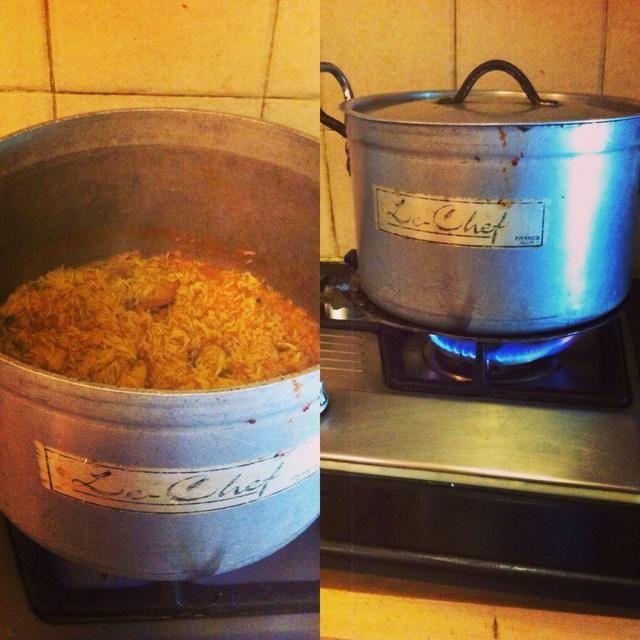 Cuando se acaba el agua y la mirada de arroz como la imagen se muestra la cubierta de la tapa de la olla y cocine a fuego lento en tawa (si está disponible) durante 30 minutos.