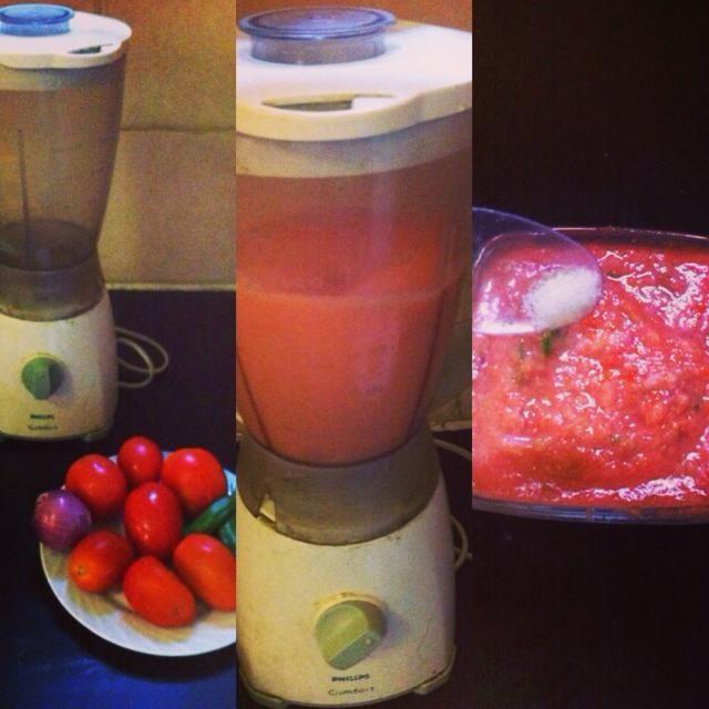 Primero tomate mezcla y chiles verdes juntos toman eso y luego se mezclan cebolla y añadir en el chutney de tomate añadir una pizca de sal.
