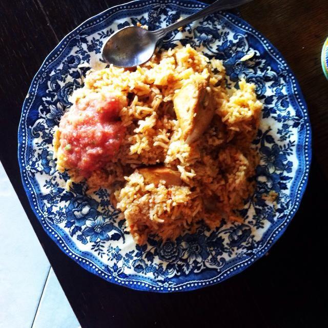 El plato está listo para ser servido con chutney de tomate.