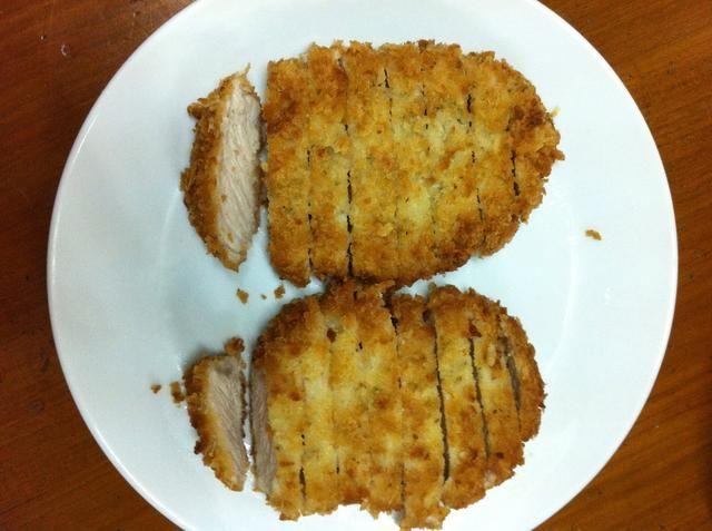 Retire la carne de cerdo del aceite y escurrir sobre papel de cocina.