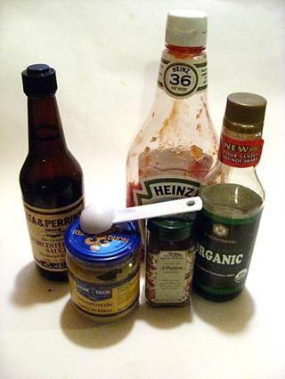 Media taza de salsa Worcestershire 1/4 taza de azúcar 1/4 taza de salsa de soja 1/4 taza de salsa de tomate 1 cucharada de mostaza francesa suave 1/2 cucharadita de pimienta de Jamaica Cr: tess's japanese kitchen