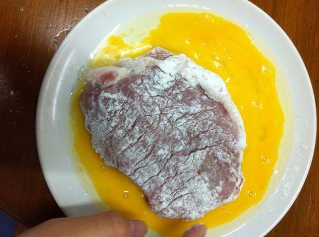 Sumerja la carne de cerdo en el huevo batido.
