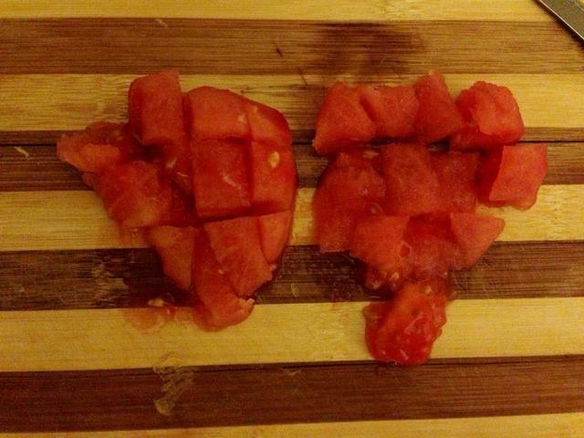 Picar los tomates en cubos
