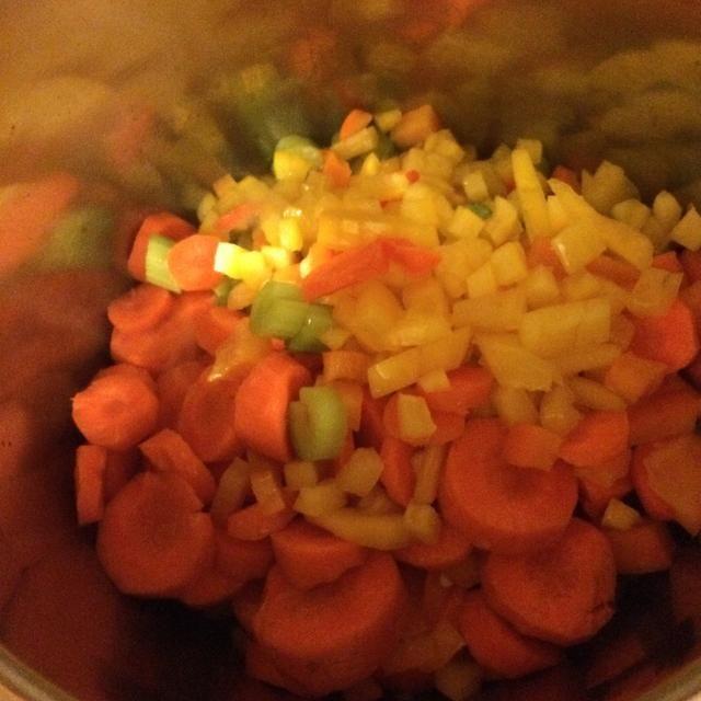 Después de 2 minutos más se suman el resto de las verduras en cubitos.