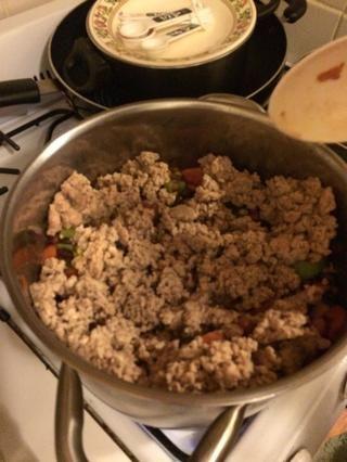 En caso de ser una gran olla de carne y verduras. Después de que se suman las 3 tazas de caldo de pollo. Agitar y dejar cocer durante 5-10 minutos.