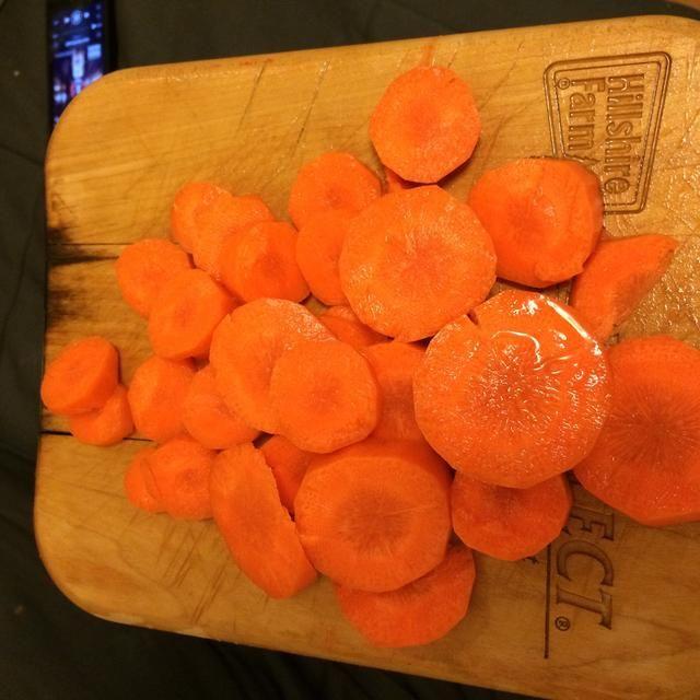 Cortar las zanahorias en las rondas, después de pelarlas.