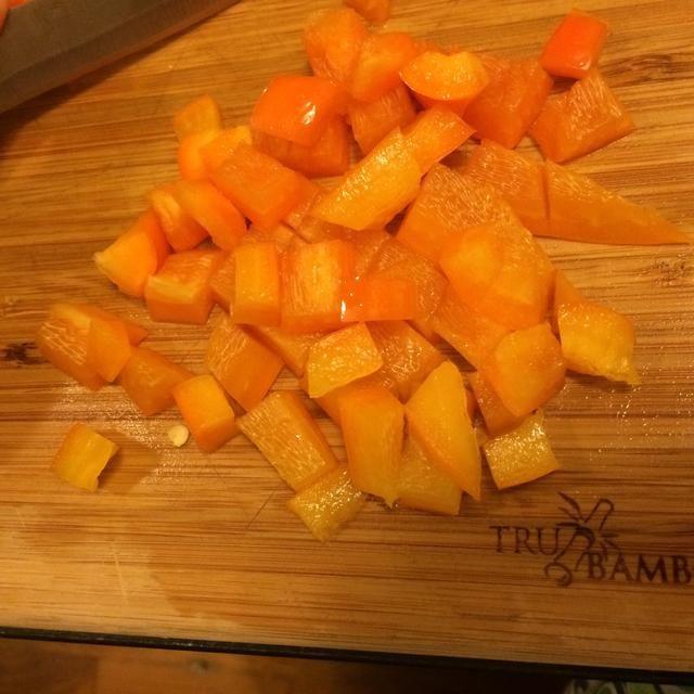 Cortar el pimiento naranja.