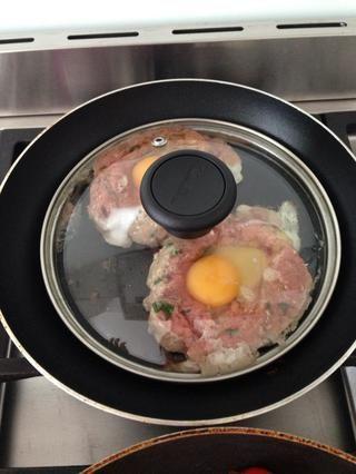 Cubra con una tapa para asegurarse de que esté bien cocida, luego gire. Añado rebanada si el queso justo antes de que haya terminado.