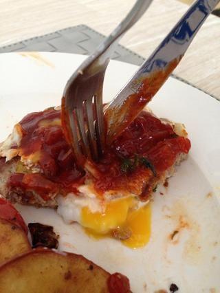 Se sirve con salsa picante de tomate o salsa barbacoa casera! Y voilá! Delicioso pavo y hamburguesa huevo ??????