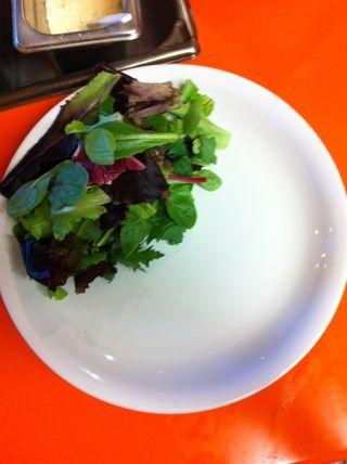 Mientras Sandwich derrite, mezcla de primavera placa verdes en CLEAN, placa seca. Vestido verdes con balsámico-soja vestidor.
