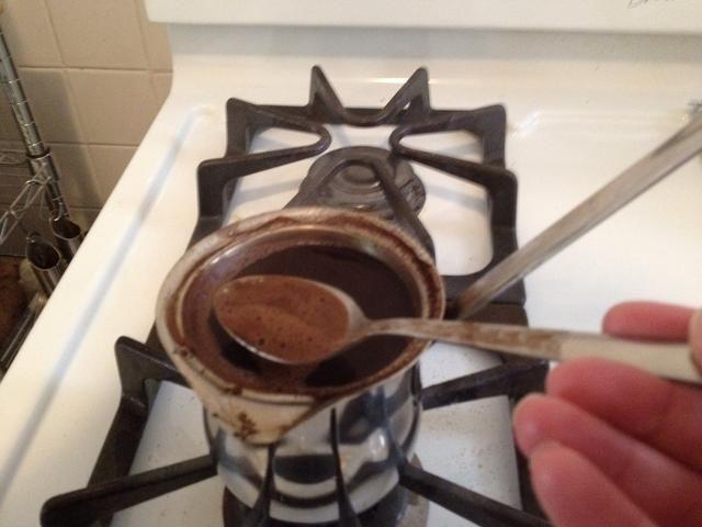 Sacar algo de la espuma y colocarlo en tu. Taza de café.