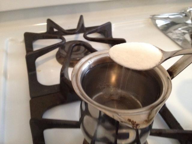 Llene la olla con agua dejando 1-1 / 2 pulgada de espacio de la llanta. Añadir el azúcar con el agua y hervir.