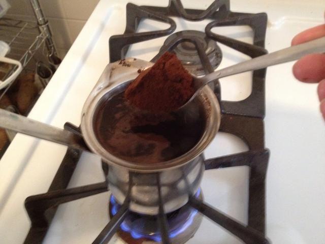 Coloque la olla de nuevo en el fuego y añadir el café restante. Plz en cuenta que la adición de 2-3 cucharadas puede parecer mucho, pero este café está destinado a ser grueso y fuerte.