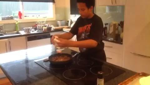 Añadir el puré de tomate y el limón de cordero, luego se extendió en la tortilla
