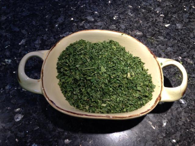 Tome una olla y agregar 2 cucharadas de aceite de trufa, cebolla picada, la cebolla, el ajo. Añadir todos sus verdes picadas y una taza de alholva seca