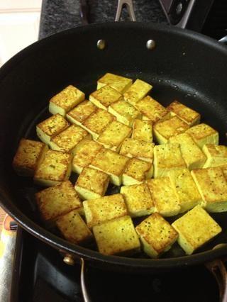 Tofu Saltear en aceite de trufa negro caliente chisporrotea.