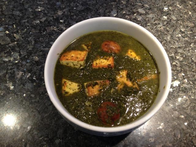 Añadir el queso de soja a los verdes a fuego lento. Añadir 1 lata de frijoles rojos. Cocine por 15 minutos a fuego.