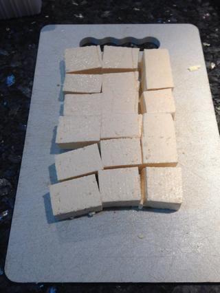Cortar el tofu en cubos