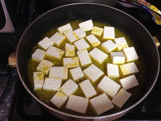 una vez que hierva el agua, baje a fuego lento y añadir el queso de soja. Deje marinar por una hora.