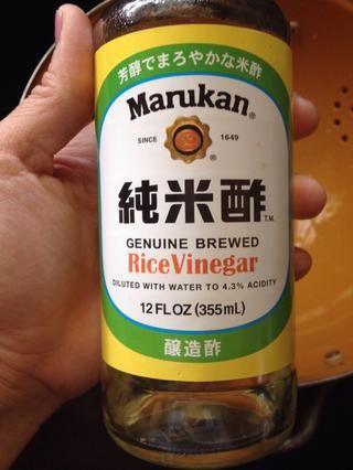 Añadir alrededor de 2 cucharadas de vinagre de vino de arroz