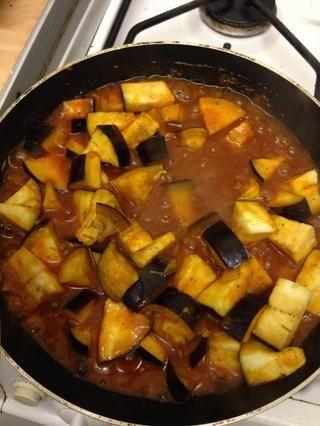 Añadir la salsa de tomate de la berenjena y dejar cocer durante unos 8 minutos hasta que la salsa se espese y se absorbe