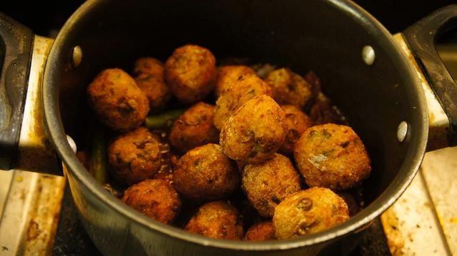 A continuación, añadir las bolas de verduras fritas a la salsa guarnición ...