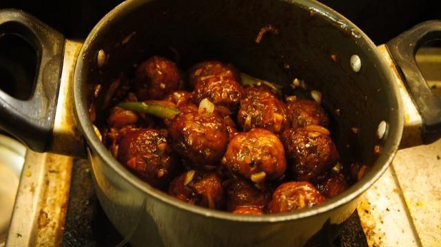 Mezclar las bolas de verduras con guarnición de salsa por un par de minutos ..