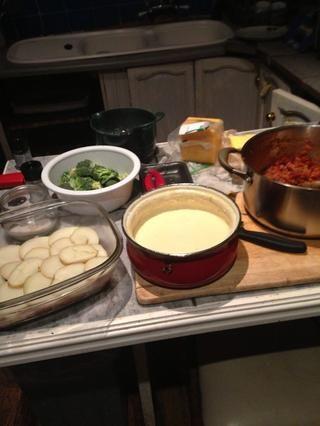 Cortar el brócoli hasta en ramilletes. Cortar los que están en la mitad longitudinalmente. Cortar las patatas cocidas en rodajas gruesas.