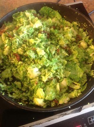 Añadir las coles de Bruselas con el tocino cocido. Cocine durante 3 minutos.