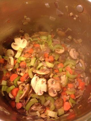 Después de los cinco minutos añadir las otras verduras y cocine otros 5-7 minutos y añadir todas sus especias
