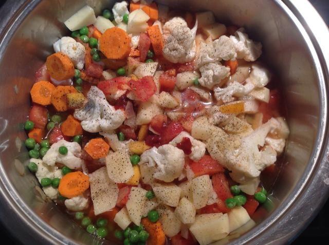 Añadir todas las verduras, la pasta de tomate, el agua, la sal y la pimienta. Cuando empiece a hervir, baje el fuego y cocine a fuego lento durante 30 minutos.