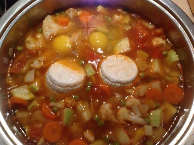 Agregue el queso de cabra y los huevos. Cocine durante otros 10 minutos.