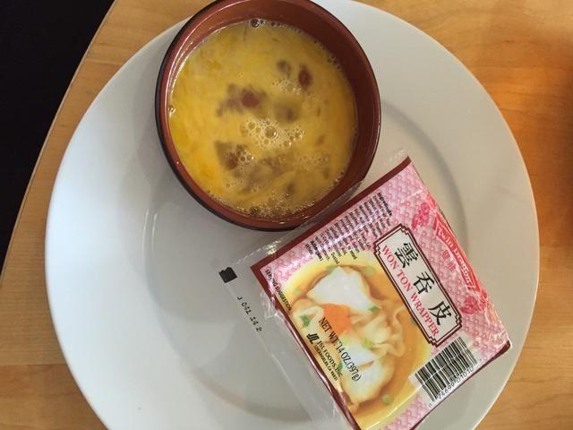 Batir un huevo y preparar su envoltura de wonton.