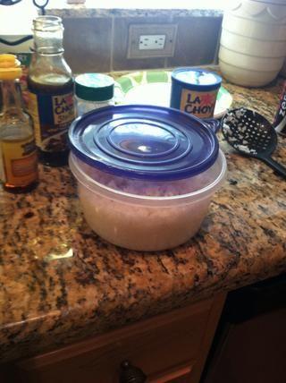 Vapor el arroz. Decidí cocinar mina en el microondas por lo que todavía era ligeramente crujiente. De nuevo calentar una sartén con aceite de sésamo. Añadir el arroz y luego se fríe durante 10 minutos. Añadir más salsa si lo desea.