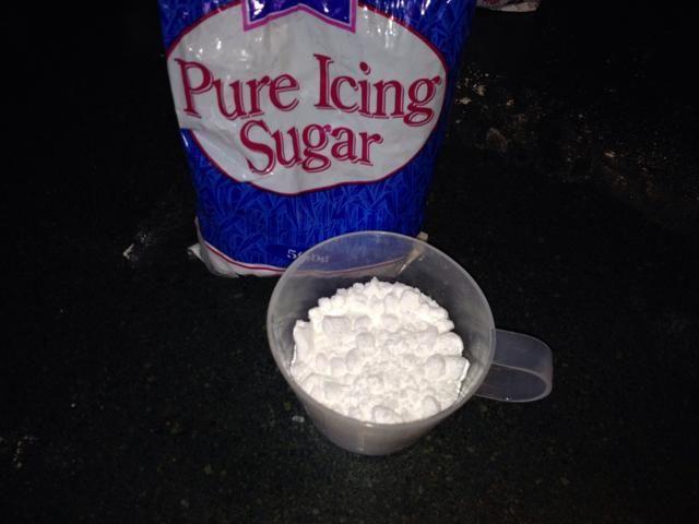 Coloque el azúcar en polvo en un recipiente.