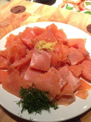 Picar el eneldo, cortar el salmón en trozos, colocar la ralladura de un medio limón en 1 plato. Dejar de lado. Este será utilizado para tirar más tarde.