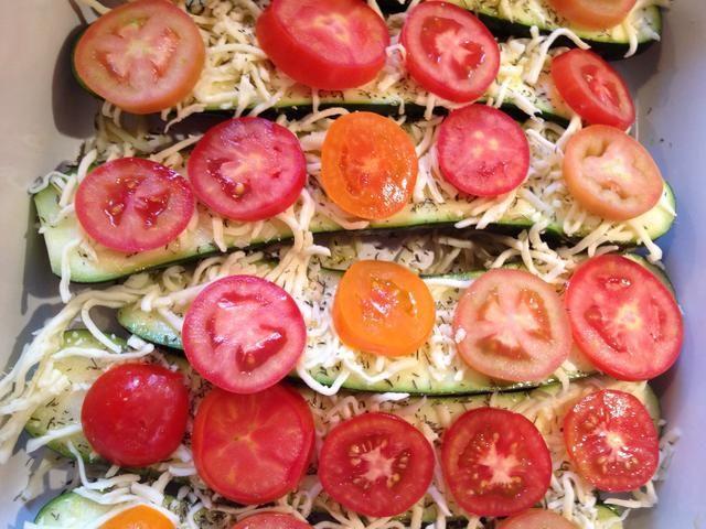 Cortar unos tomates y poner en el horno durante unos 15 minutos o hasta que el queso se haya derretido
