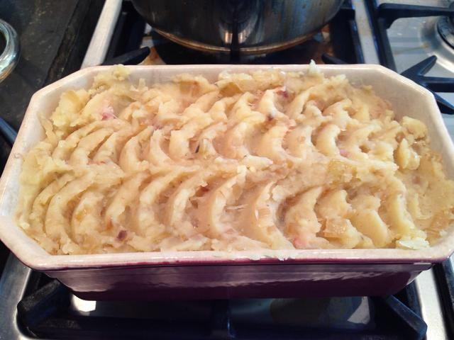 ¡Listo! Este plato es mejor cuando se deja enfriar y recalentar en el horno. El sabor es mejor al día siguiente.