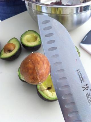 Una vez aflojado, levante el cuchillo y ¡voilá! Tenga cuidado, agarrando la semilla con las manos podría causar lesiones, b / c el cuchillo puede deslizarse, use una toalla de papel para agarrar la semilla y retírela del cuchillo.