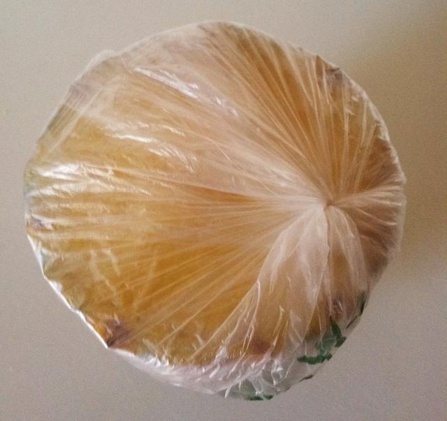 El uso de una bolsa de productos ordinarios, envuelva firmemente mientras girando y presionando hacia fuera el aire. Utilice dentro de la semana para disfrutar de la piña de sabor dulce. Gracias por ver. Para servilletas impresionantes, http://goo.gl/wRi61C
