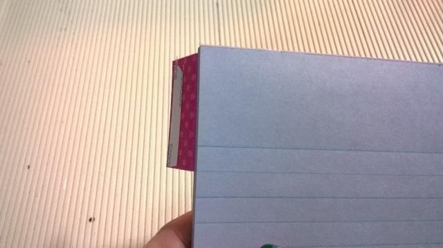 Deslice cartulina a la parte superior de la libreta.