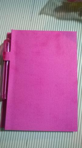 Crease la cartulina en la primera línea de marca para crear la cubierta. Deslice el lápiz en la muesca creada.