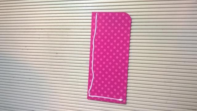 Alrededor de la esquina en la 3 5/8 X1 pieza 1/2 pulgada de papel de tarjetas. Añadir pegamento líquido a un lado largo y un lado corto para crear un bolsillo.