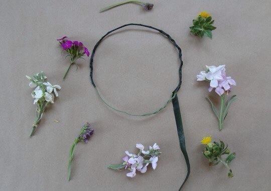 Envuelva la cinta floral por completo alrededor de su banda para la cabeza de alambre.