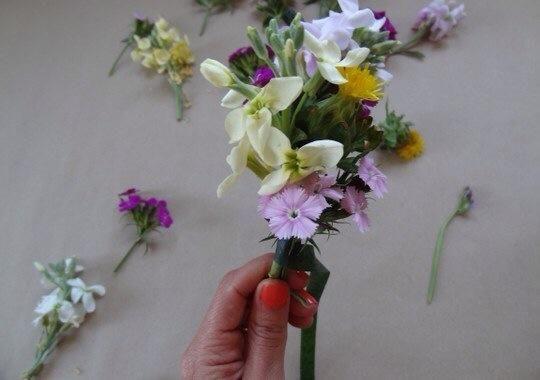 Cuando te gusta la forma en que se ve, envuelva la cinta floral alrededor de su madre y el cable de un par de veces hasta que la flor está bien conectado al cable.