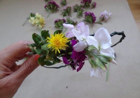 Agregue la siguiente flor, fijándolo en la que desea que antes de envolver el tallo y el alambre de un par de veces. Continúe este proceso con el resto de las flores.