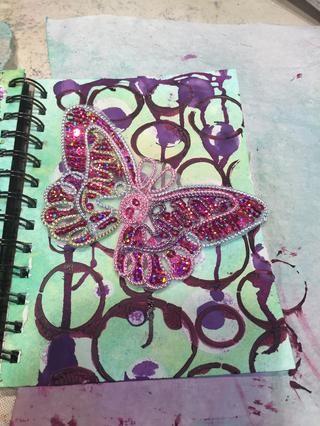 Utilicé una mariposa con lentejuelas grandes para el lado derecho.